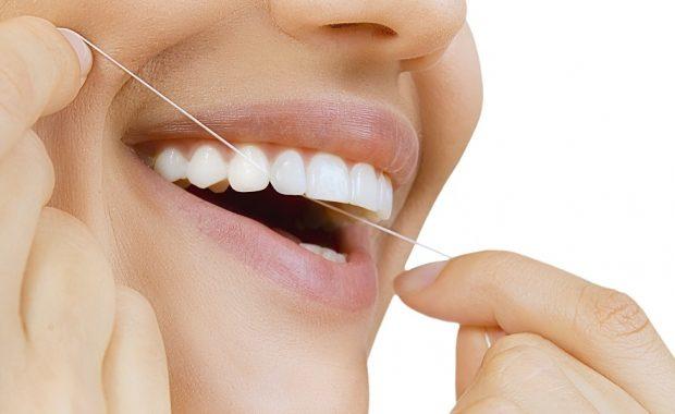 Защо е необходимо да почистваме зъбите си с конец?